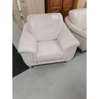 Krém színű bőr fotel króm lábakkal.