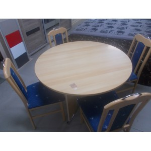 Kerek bükk színű asztal székekkel.
