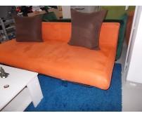 Narancs színű kanapé barna párnákkal