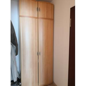 Magasításos keskeny szekrény